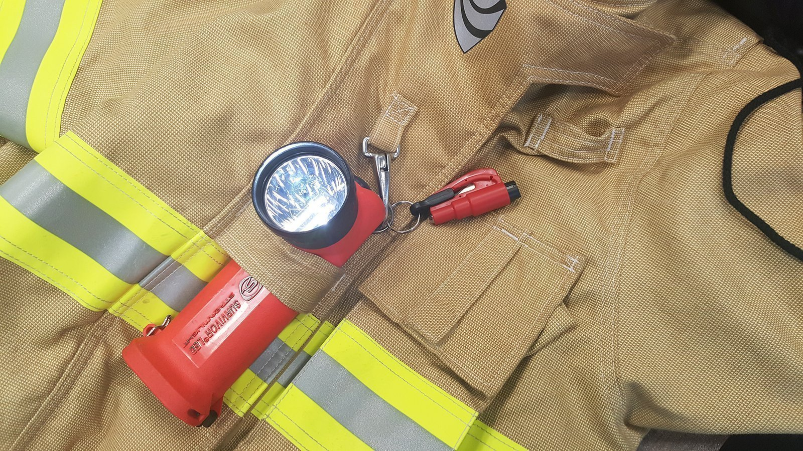 flashfire supply outil sauvetage 3 en 1 coupe ceinture brise vitres. Black Bedroom Furniture Sets. Home Design Ideas